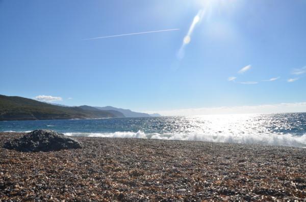 Strand von Argentella mit vielen rund geschliffenen Steinen